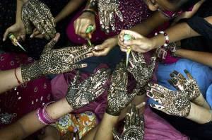 BL-PL-Arte-Fotografia-Mulheres-na-ìndia-fazem-tatuagens-nas-mão-para-saudar-a-lua-cheia