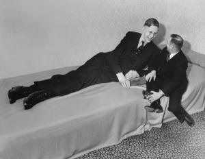 omaha-nebraska-1o-de-abril-de-1937-a-pessoa-mais-alta-da-historia-robert-wadlow-com-19-anos-de-idade-alcancou-a-altura-de-2-metros-e-69-centimetros